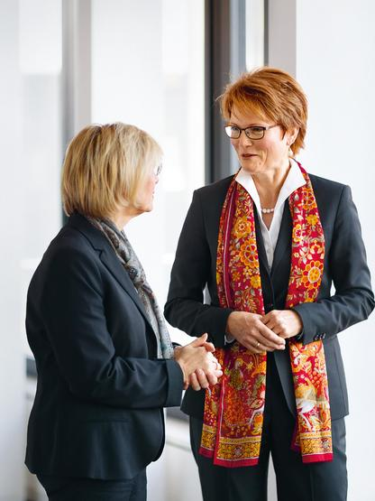 Teamwork: Dr. Birgit Roos, Chairwoman of the Board of Managing Directors of Sparkasse Krefeld with Christiane A. Müllers, Head of Division at Sparkasse Support North.