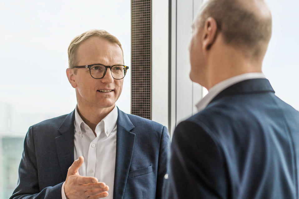 Dirk Eichholz, Head of Corporate Finance and Risk Management at EWE, in conversation with Michael Längler, his key account manager at Helaba.